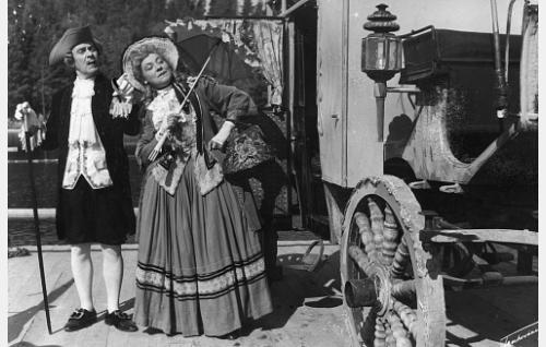 Matkustavaiset (Arvo Lehesmaa ja Emmi Jurkka) kuulevat Rosvo-Roopen tarinan.