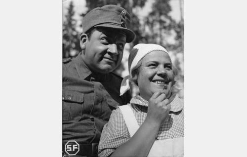 Alokas Hemminki Aaltonen (Kaarlo Angerkoski) ja keittäjätär Mimmi (Siiri Angerkoski).