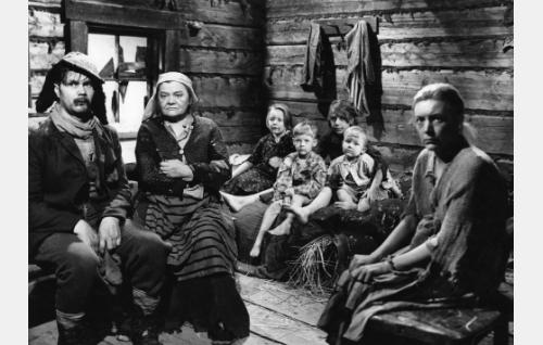 Pahka-Pekka (Ari Laine), Ryysyrannan Retriika-ämmä (Senni Nieminen), Kaisa-Reeta (Hilkka Helinä) sekä Kenkkusten lapset.