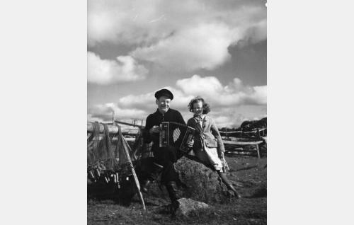 Masa (Anton Soini) ja Maija, Liisan sisar (Sirkka Saarnio).