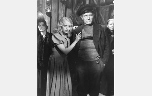 Liisa (Mirja Mane) ja hänen isänsä Simeon (Toivo Hämeranta).