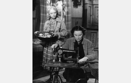 Liisa (Mirja Mane) ja Martta (Elvi Saarnio).