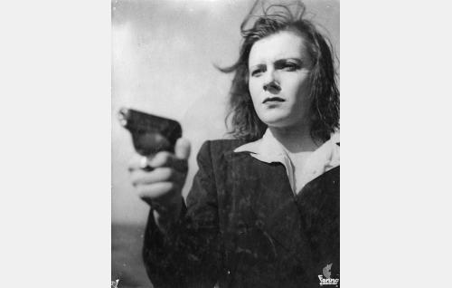 Toini Pulkkinen alias Tanja Bulkova alias Miss Smith alias Toini Salonen  (Eija Karapää).