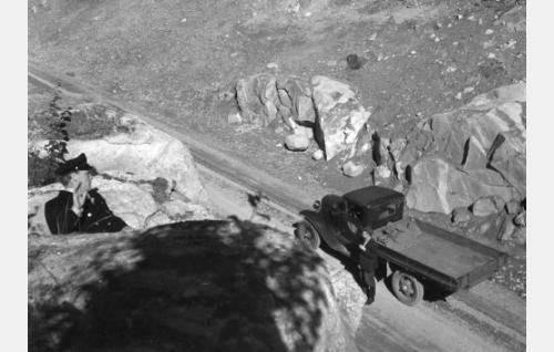 Tullivartija (Uljas Kandolin) vakoilee salakuljettajien autonkuljettajaa (Veikko Sorsakivi).