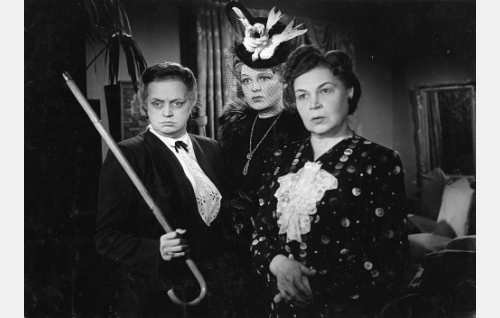 """Augustin täti Eveliina (Eine Laine), rouva """"Tipu"""" Laivio (Rauha Rentola) ja rouva Hilda Kassinen (Tyyne Haarla)."""