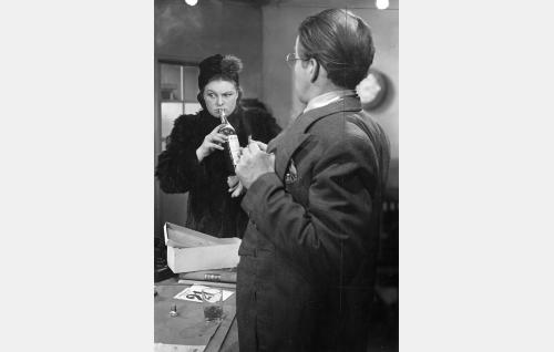 Jalmari Laivio (Kaarlo Halttunen) ja hänen rouvansa (Rauha Rentola).
