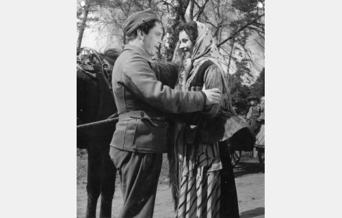 Leo Lindblom (Leo Jokela) ja hänen vaimonsa Veera (Marjatta Kallio).