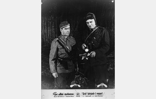 Luutnantti (Heimo Lepistö) ja kapteeni Kalervo Karhi (Tauno Palo).