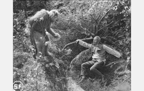 Simeoni (Kaarlo Kartio, oik.) kohtaa metsässä Lusifeeruksen (Matti Aro).