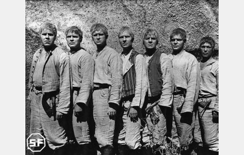 Juhani (Edvin Laine), Tuomas (Eino Kaipainen), Aapo (Kaarlo Kytö), Simeoni (Kaarlo Kartio), Timo (Joel Rinne), Lauri (Unto Salminen) ja Eero (Arvo Kuusla).