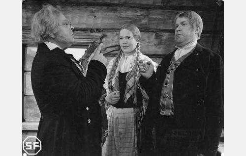 Lukkari (Toppo Elonperä), Männistön Venla (Elsa Turakainen) ja Juhani (Edvin Laine).