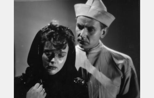 Maija (Marie-Louise Fock) ja lääkäri Erkki Holmberg (Kunto Karapää).