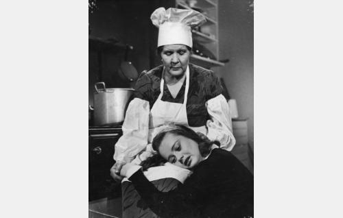 Tyyne (Lida Salin) ja Maija (Marie-Louise Fock).