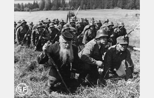 Etualalla Korni-Mikko (Toppo Elonperä), ylikersantti Kullervo Tiainen (Ossi Elstelä) ja sotamies Malakias Paavonen (Kaarlo Angerkoski).
