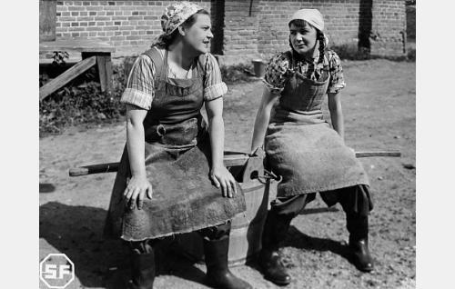 Mäkipalon karjakot Sandra (Siiri Angerkoski) ja Raakel (Eeva Savonen).