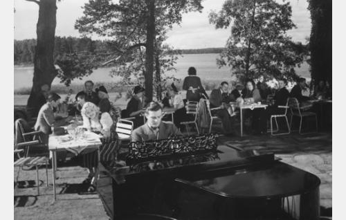 Pianon ääressä Tauno Palo, taustalla Ansa Ikonen.