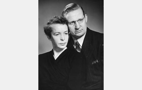 Konttoristi (Vilho Siivola) ja hänen rouvansa (Sylvi Palo).