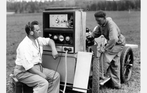 Äänittäjä Georg Brodén kenttätyössä, oikealla apulaisäänittäjä Hugo Ranta. Vaunulle asennettu laitteisto oli Suomi-Filmin ensimmäinen Aga-Baltic -äänityskoneisto (ns. koneisto n:o 2).