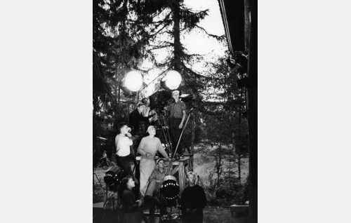 Valentin Vaala (kuvan keskellä aurinkolakki päässään) ohjaa Maija Karhia Siltalan pehtoorissa. Cinephon-kameran takana vasemmalla kuvaaja Eino Heino, kameran luupissa B-kuvaaja Yrjö Aaltonen. Työkuvan oton ajaksi on kaksi 2000 watin valonheittäjää suunnattu itse kuvausryhmään. Taustalla kaksi 5000 watin valonheitintä.