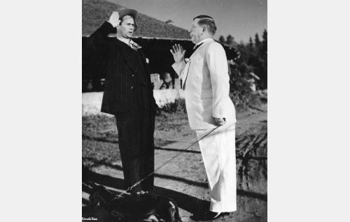 Aaretti (Ari Laine) ja luutnantti Hugo Mandelcrona (Oiva Sala).