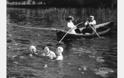 Luutnantti Hugo Mandelcrona (Oiva Sala) veden varassa.