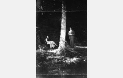 Siltalan kartanon valtiatar (Helena Vinkka) ja hänen pehtoorinsa (Erkki Viljos) kesäyön tunnelmissa kartanon puistossa.