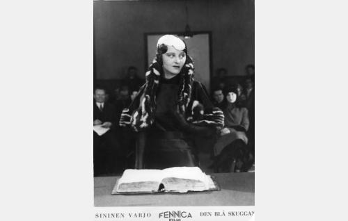 Iris Vild (Ellen Parviainen) oikeussalissa.