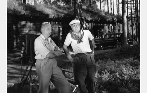 Elokuvan tuottaja Risto Orko ja ohjaaja Valentin Vaala marsalkka Mannerheimin metsästysmajan edustalla Lopella. Majaa käytettiin esittämään Kari Tuuloksen piilopirttiä ulkokuvissa.