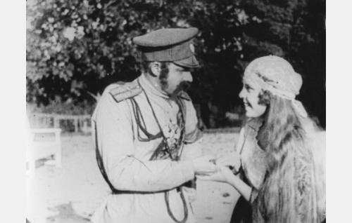 Kapinallisten päällikkö Jäykkä (Oskari Oka) ja hänelle valepukuisena ennustava Eliina (Lisi Carén).