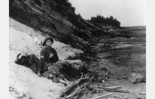 Eliina (Lisi Carén) ja Jorma (Jorma Vaajakallio) lepäävät matkalla sissien leiriin.