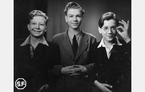 """Olli (Lasse Pöysti), Eka (Kalevi Hartti) ja """"silmälasipäinen poika""""  (Oiva Ollikkala)."""