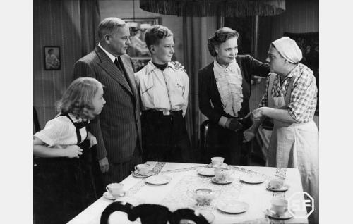 Pipsa (Maire Suvanto), isä (Yrjö Tuominen), Olli (Lasse Pöysti), äiti (Elsa Turakainen) ja Hilda (Siiri Angerkoski).
