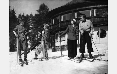 Lasse Pöysti, Regina Heinonen, Sirkka Osmala ja Kalevi Hartti.