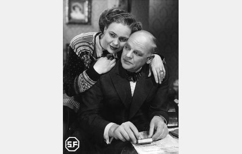 Äiti Aino Suominen (Elsa Turakainen) ja isä, tuomari Suominen (Yrjö Tuominen).