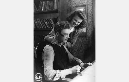 Ollin ystävä Eka (Kalevi Hartti) ja hänen sisarensa Laura (Sirkka Osmala).