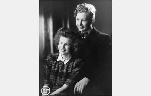 Laura (Sirkka Osmala) ja Olli (Lasse Pöysti).