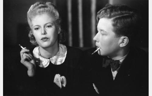 Ritva (Regina Heinonen) ja Olli (Lasse Pöysti).