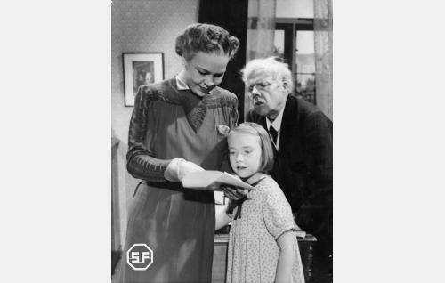 Äiti Aino Suominen (Elsa Turakainen), vaari (Hugo Hytönen) ja Pipsa (Maire Suvanto).