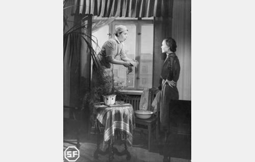 Kotiapulainen Hilda (Siiri Angerkoski) ja äiti Suominen (Elsa Turakainen).