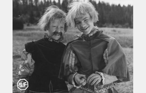 Olli Suominen (Lasse Pöysti) ja Eka (Kalevi Hartti).