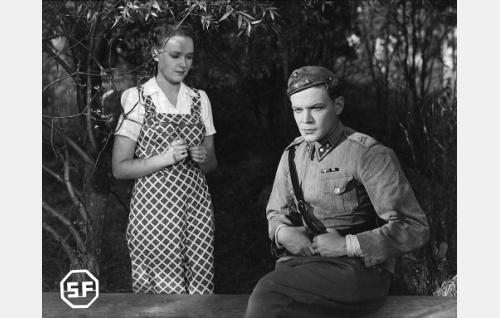 Elina Lehtovaara (Toini Vartiainen) ja hänen miehensä agronomi, reservin luutnantti Lasse Lehtovaara  (Unto Salminen).