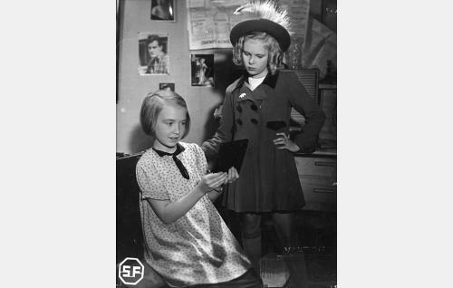 Pipsa Suominen (Maire Suvanto) ja Kaija Maaheimo (Tuula Usva).