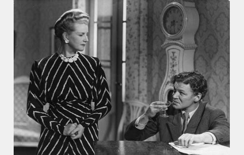 Rouva Soisalo (Salli Karuna) ja hänen rakastajansa Einar Kinos (Unto Salminen).