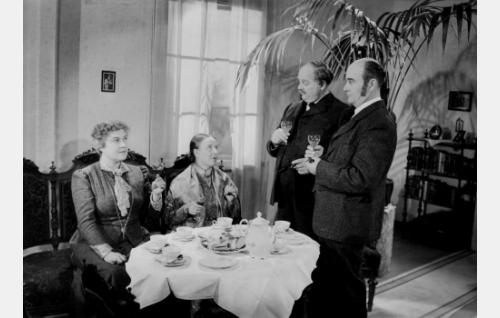 Lautamiehen emäntä (Elsa Rantalainen), Lehtolan emäntä Inkeri (Irja Elstelä), lautamies (Yrjö Tuominen) ja Lehtolan isäntä Erland (Wilho Ilmari).