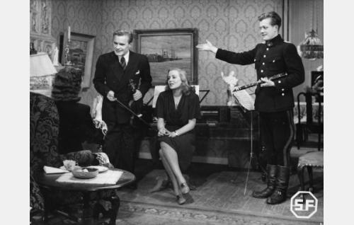 Selin istumassa Sylvi Palo, hänen edessään Eino Kaipainen, Helena Kara ja Hannes Häyrinen.