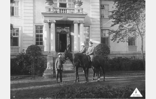 Sankaripari (Maire Heide ja Sven Hildén) ratsailla taustanaan sukutilaa esittävä Karlbergin kartanon päärakennus, joka tuhoutui tulipalossa vuonna 1928. Sen tilalle valmistui kymmenen vuotta myöhemmin hotelli Aulanko.