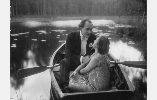 Elokuvan loppukohtaus: Bertel von Bjelke (Sven Hildén) ja Hilkka Kanto (Maire Heide) kuutamoisella  lammella. Jakso kuvattiin Aulangolla.