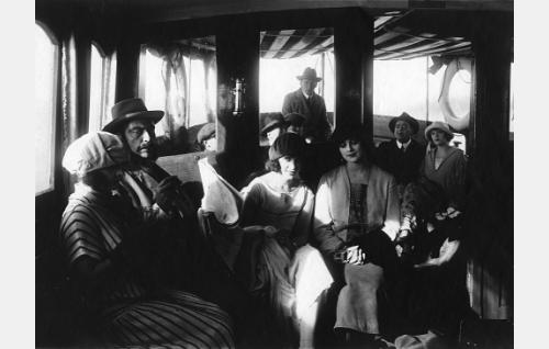 Matkalla kaupunkiin: Hilkka (Maire Heide) on laivan salongissa joutunut sikaaria polttelevan herran viereen. Jakso on suurelta osin tuhoutunut tallella olevista kopioista.