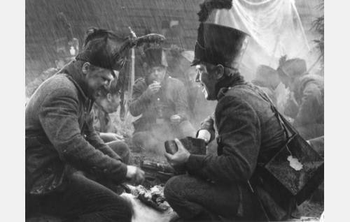 Suomen armeijan syksyä 1808. Etualalla, Sven Tuuva (Veikko Sinisalo) ja korpraali Örn (Aarne Laine). Taustalla jääkäreinä muun muassa Anton Soini, Eero Eloranta ja Matti Lehtelä.