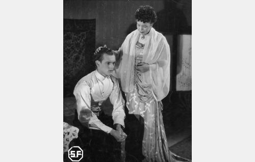 Ylioppilas Viktor Halling (Leif Wager) ja hänen sisarensa Alma Halling (Elsa Turakainen).